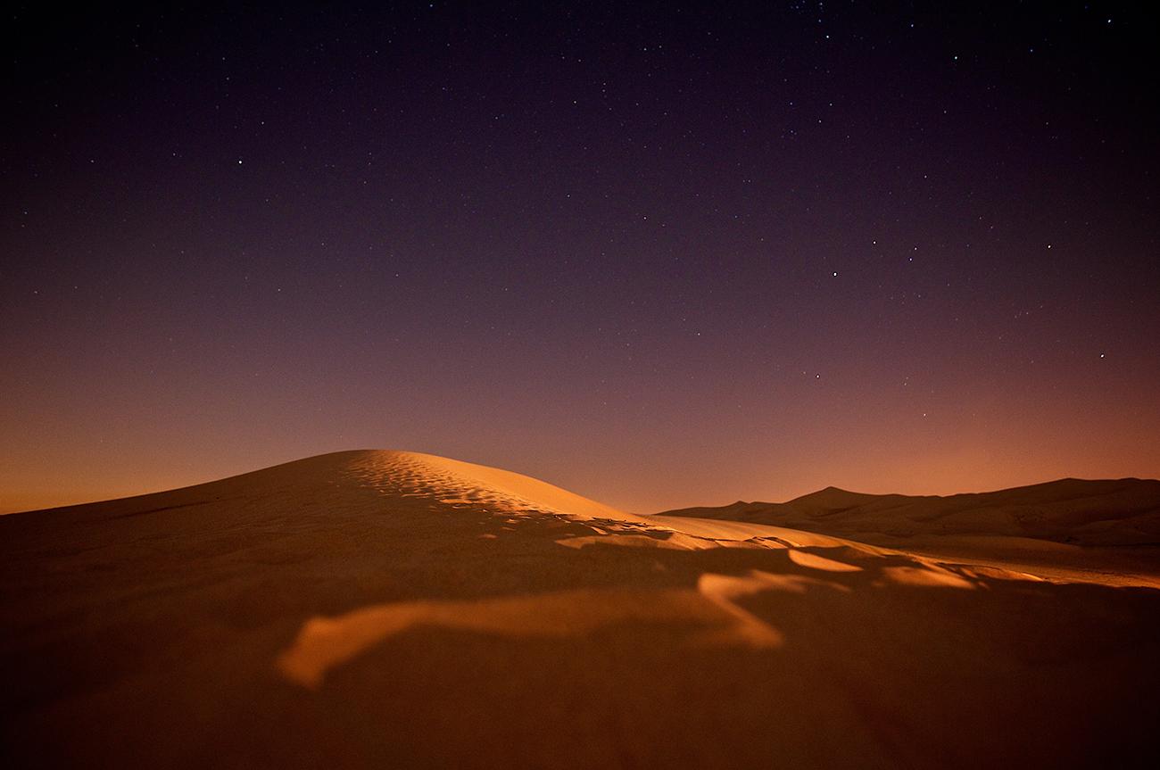 Dunas no deserto à noite